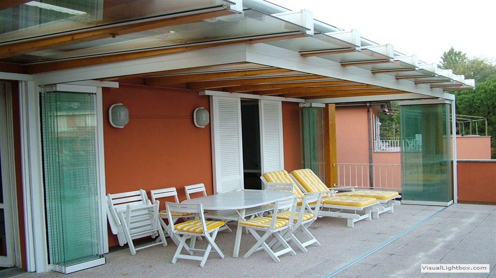Veranda sul balcone with verande chiuse con vetrate for Piani di veranda chiusa gratis