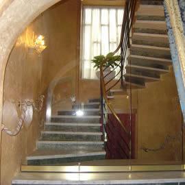 Divisori per interni pareti mobili tutto vetro for Chiusura vano scala interno