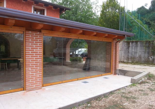 Top vetrata per veranda effetto legno with vetrate per verande for Tutto per terrazzo